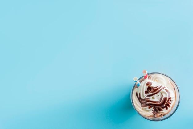 Шоколадная вена в цветном фоне
