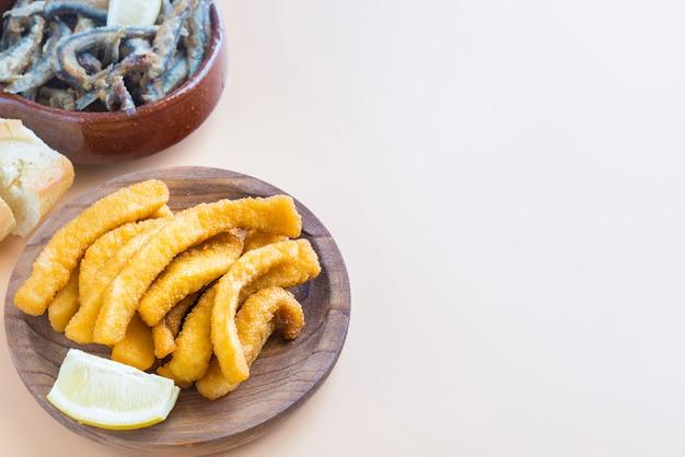 イカのパン粉揚げ(スペインの典型的なタパ)チョコス。
