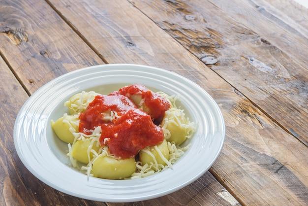 ペストを詰めたニョッキ、自家製トマトソースとチーズ