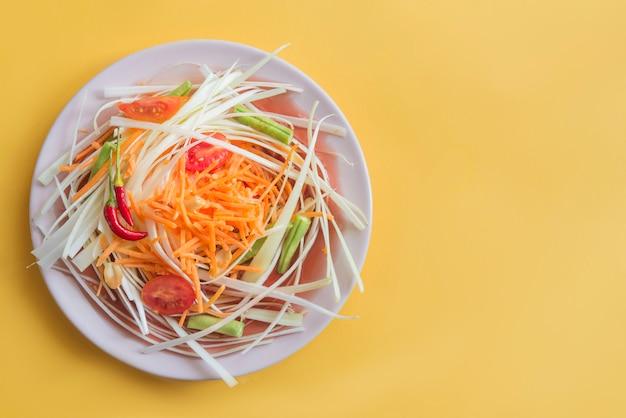 タイのソムタムの典型的なサラッ(ベジタリアン料理)