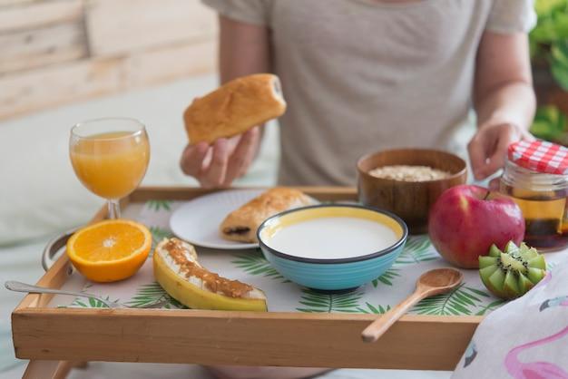 ホテルの寝室での朝食