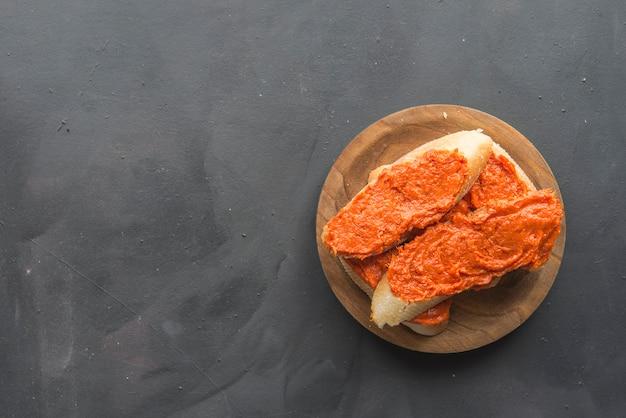 典型的なマヨルカスペインのパンとソブラサダ