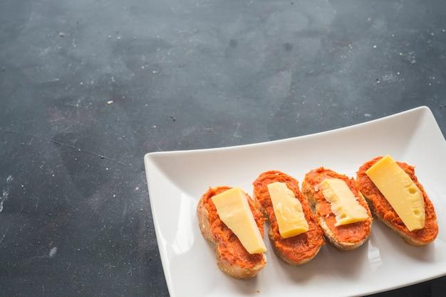 パンとパルメザンチーズの典型的なマヨルカスペインのソブラサダ
