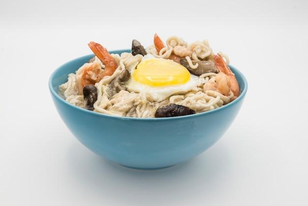 Суп из лапши быстрого приготовления с креветками, яйцом и грибами.