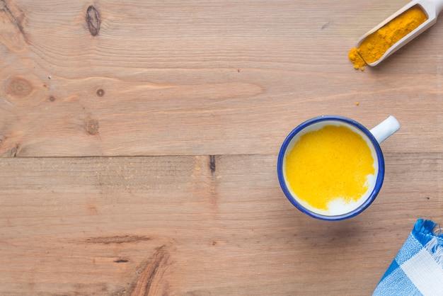 木製のテーブルにウコンミルク