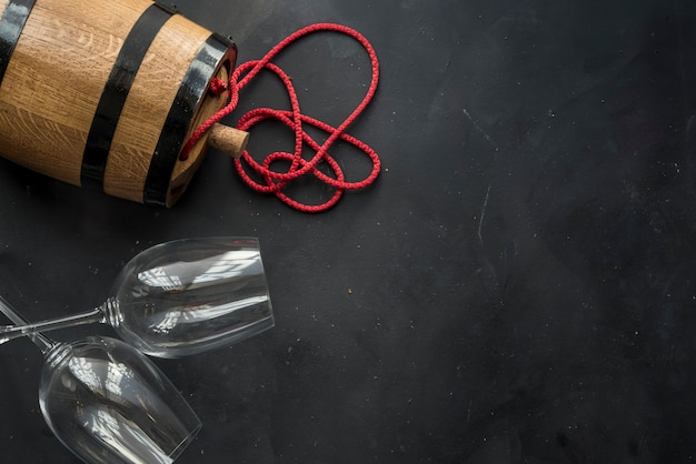 白ワイン、グラス、古い樽のある静物