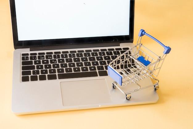 コンピューターの概念とショッピング車をオンラインで購入
