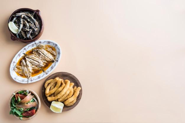 Смешанная рыба (каракатицы, сардины, жареные, салат с лососем)
