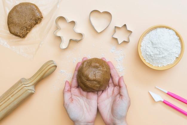 手でクリスマスクッキーの生地