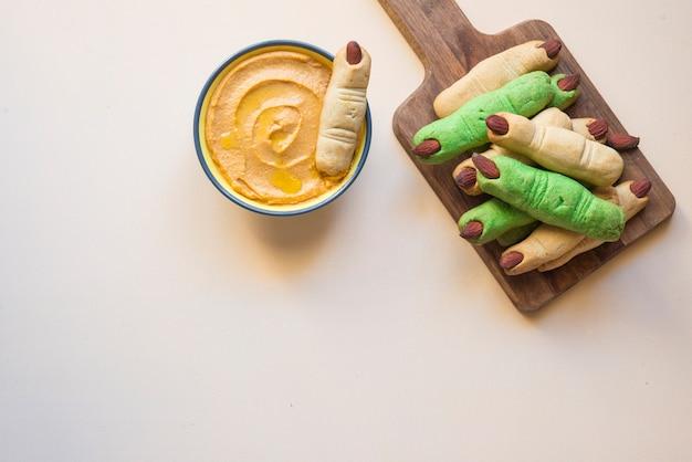 Салат печенье и хумус из тыквы на хэллоуин