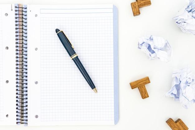 パズル、鉛筆、ノート、しわくちゃの紙