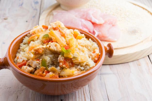キノアレンズ豆のサラダとボウルの白いプレートのハイキーイメージ
