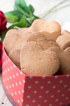Праздничное печенье с сердечками и розами на день святого валентина,