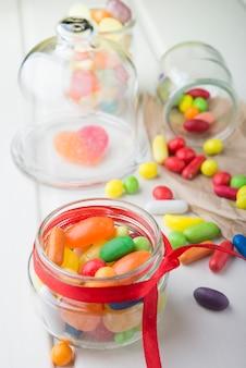 Разноцветные конфеты в стеклянных банках