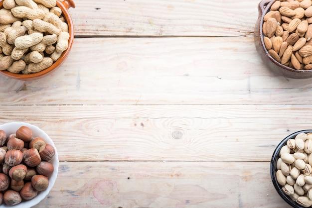 Разные орехи в мисках
