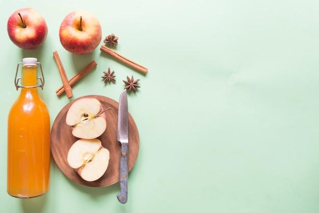 熟した新鮮なリンゴのカクテル。アップルサイダー、ワイン。秋のコンセプト。正面図。水平フレーム。コピースペース。