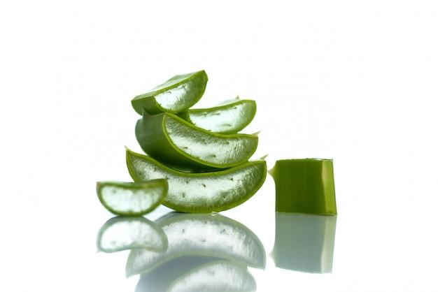 Ломтики листьев алоэ вера. алоэ вера - очень полезное растительное лекарственное средство для ухода за кожей и волосами.