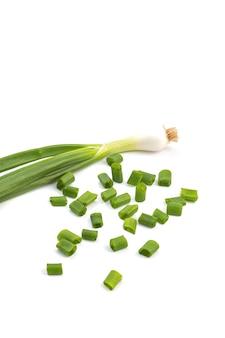 Свежий спелый зеленый зеленый лук (лук-шалот или лук) со свежим рубленым зеленым луком