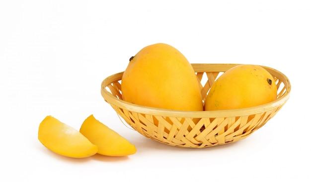 Плод манго в корзине с ломтиком