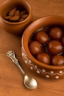 土鍋でガラブジャムン。インドのデザートまたは甘い料理
