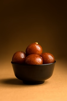 ボウルにグラブ・ジャムン。インドのデザートまたは甘い料理。