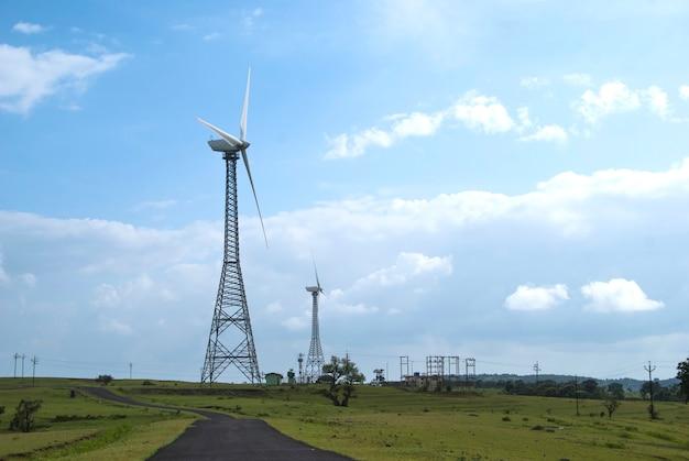 Ветряные мельницы с красивым ландшафтом, облака.
