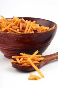 グラム粉で作られ、ドライフルーツと混合された混合物。