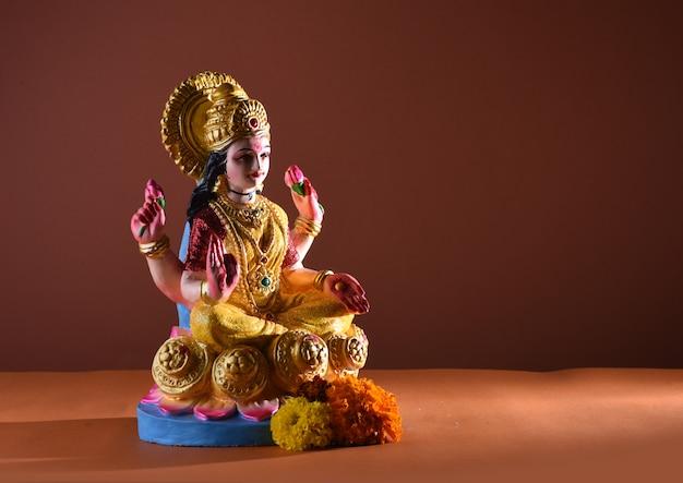 Лакшми - индуистская богиня, богиня лакшми. богиня лакшми во время празднования дивали. индийский индуистский фестиваль света под названием дивали