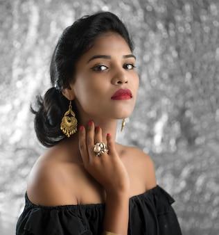 Портрет красивой молодой девушки. крупным планом лицо довольно индийской модели