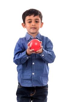 Малыш мальчик играет с мячом на белой стене