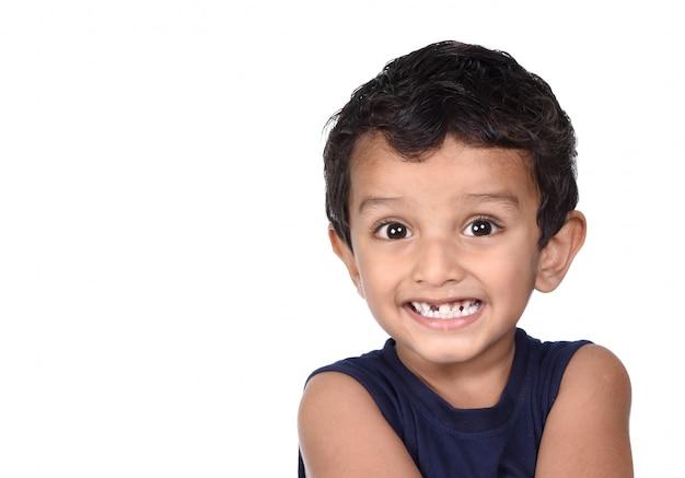 Портрет счастливого улыбающегося мальчика. выражение малыша.