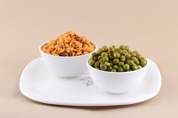インドのスナック:ミックスとスパイスで揚げたグリーンピース
