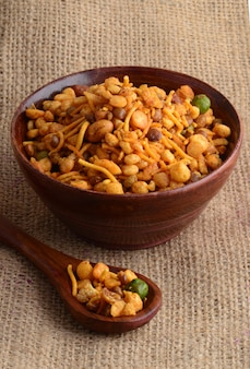 インドのスナック:混合物(塩コショウ、スパイス、豆類、グリーンピースのローストナッツ)