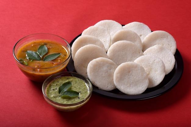 サンバーとココナッツのチャツネを添えたイドゥリ、インド料理:サンバーとグリーンチャツネを添えて、インド南部のお気に入りの食べ物、ラヴァイドゥリまたはセモリナイヴォリまたはラヴァイドゥイ。