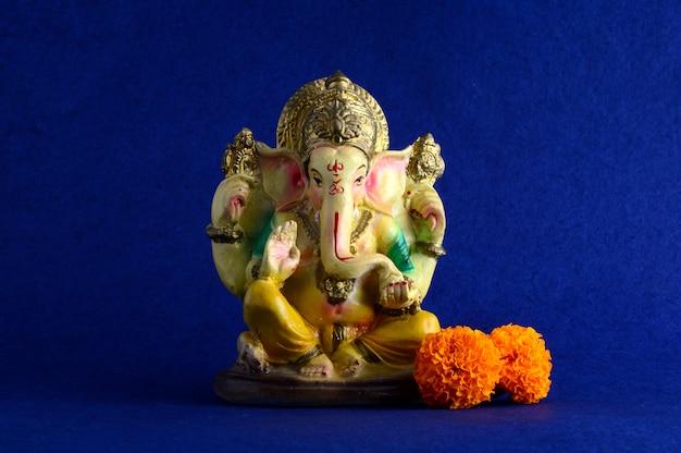 Индуистский бог ганеша. ганеша идол на синем фоне