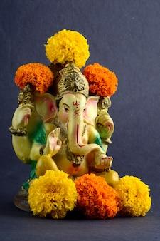 Индуистский бог ганеша. ганеша идол на сером фоне.