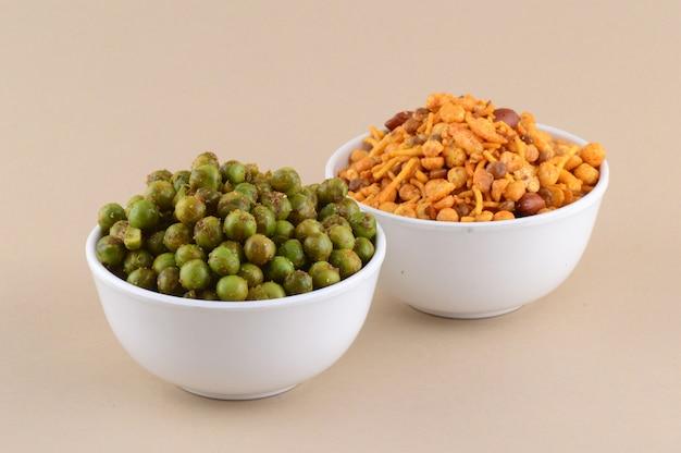 Индийские закуски: смесь и пряный жареный зеленый горошек