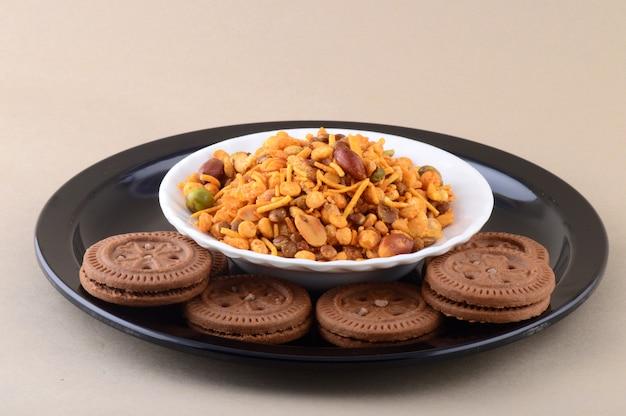 インドのスナック:プレートの混合物とクリームビスケット。