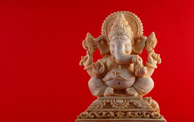 ヒンドゥー教の神ガネーシャ。赤の背景にガネーシャアイドル