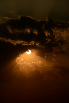 雲と美しい夕焼け空。抽象的な空。