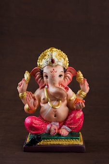 Индуистский бог ганеша. ганеша идол по темноте.