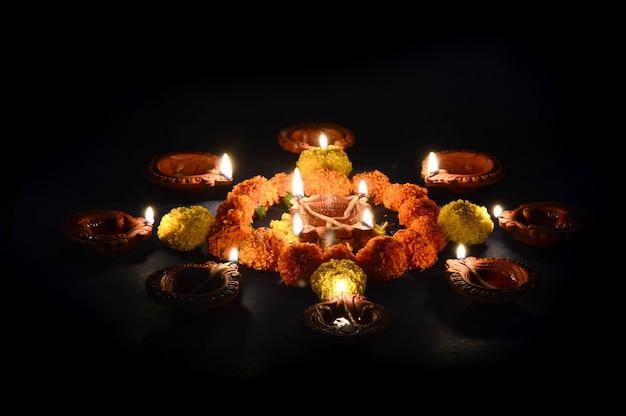 Лампы глины дия горит во время празднования дивали. поздравительная открытка дизайн индийского индуистского фестиваля света под названием дивали