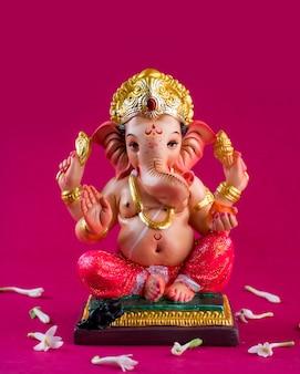 Индуистский бог ганеша. ганеша идол на розовом.