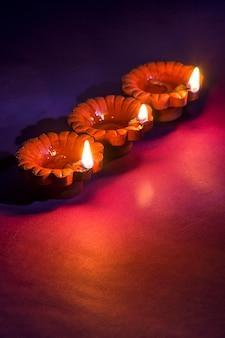 ハッピーディワリ祭-ディワリ祭のお祝い中にディヤランプが点灯します。ディワリと呼ばれるインドのヒンズー教の光祭りのグリーティングカードデザイン