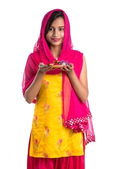 プージャターリーを保持または崇拝を行う美しいインドの少女
