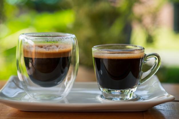 テーブルの上のエスプレッソのカップ