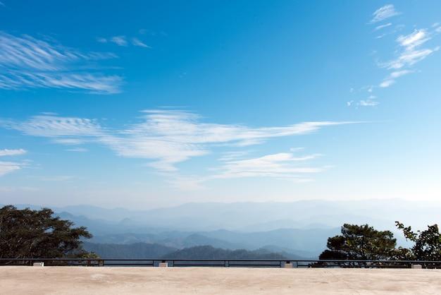 Красивый пейзаж гор и голубое небо