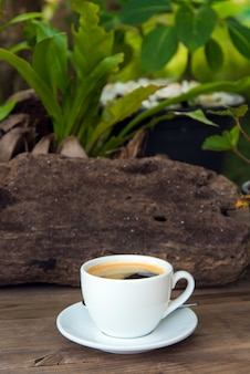 Чашка свежего кофе с кофе в зернах на деревянный стол