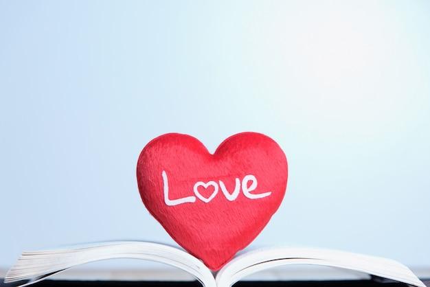Красное сердце на книге