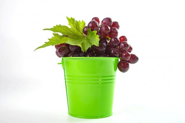 Спелый красный виноград с листьями